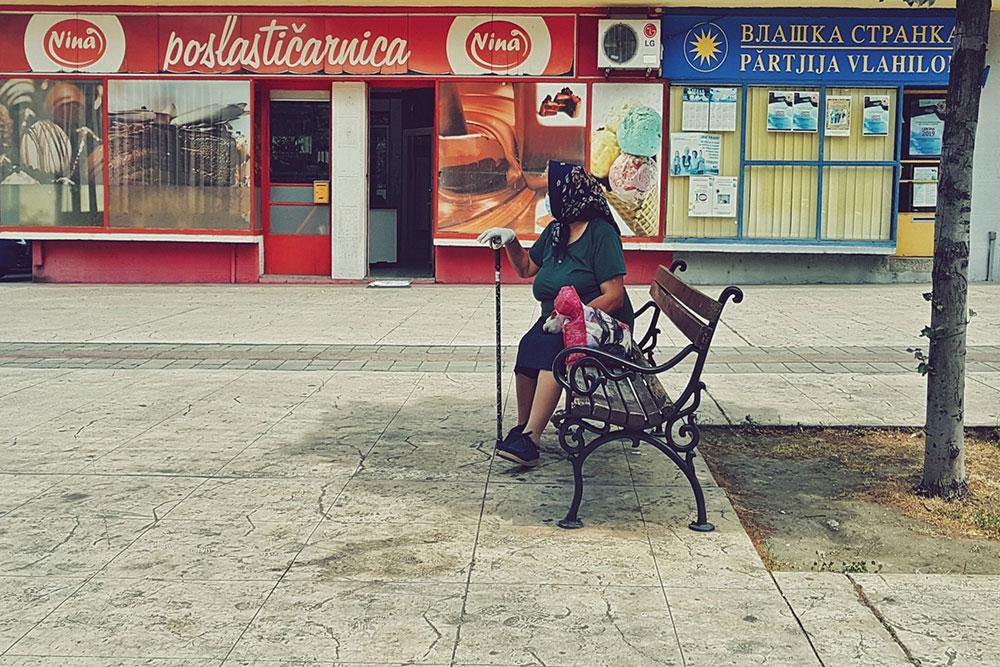 starica sedi na klupi