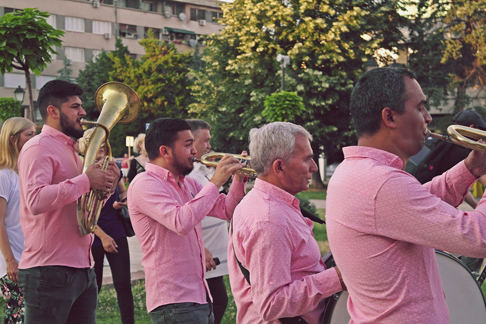 Četiri trubača fotografisana dok sviraju