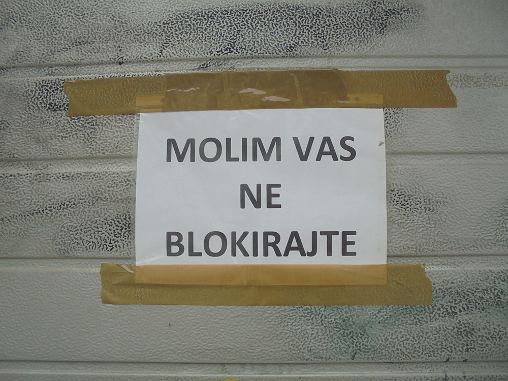 Papir zalepljen na zid na kome piše: molim vas ne blokirajte