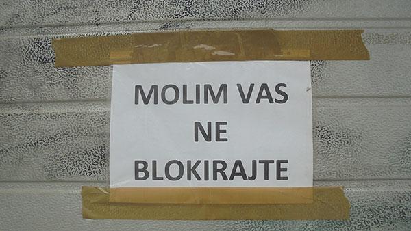 natpis: molim vas ne blokirajte