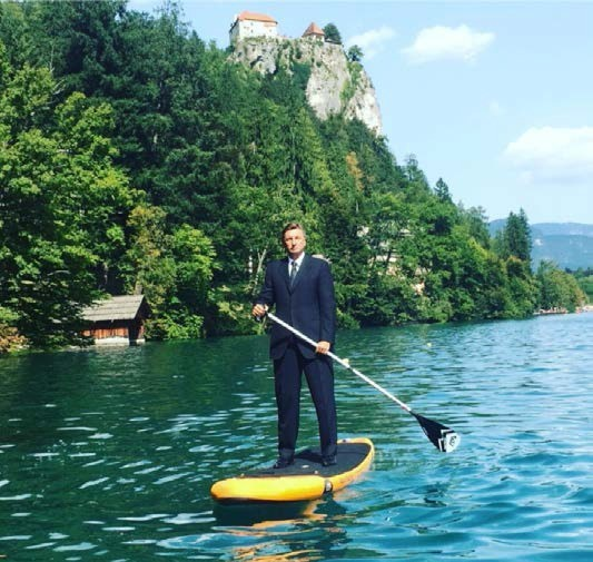 Jedna od najpopularnijih fotografija slovenačkog predsednika Boruta Pahora na Instagramu: nasred Bledskog jezera na dasci za stojeće veslanje. Izvor: Predsednikov profil na Instagramu, 2017.
