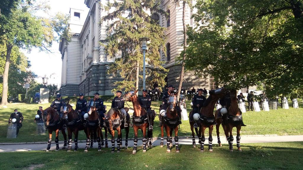 Protesti u Beogradu 8. jula 2020. Policajci na konjima u parku pored Skupštine.
