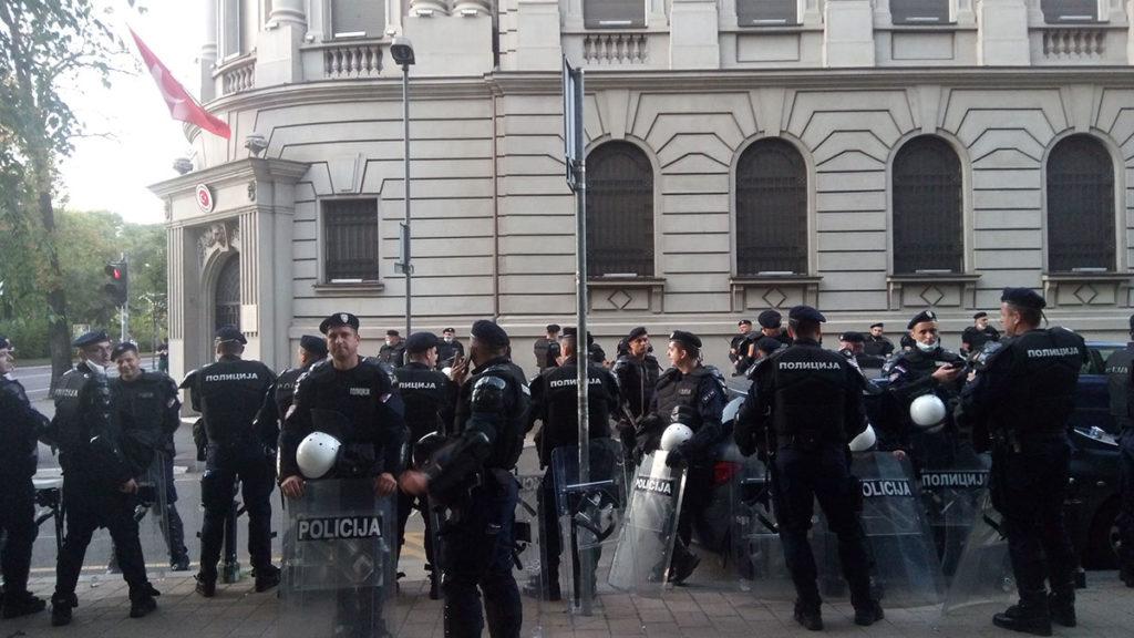 Protesti u Beogradu 8. jula 2020. Policajci u pinoj borbenoj opremi stoje ispred Turske ambasade u Beogradu.