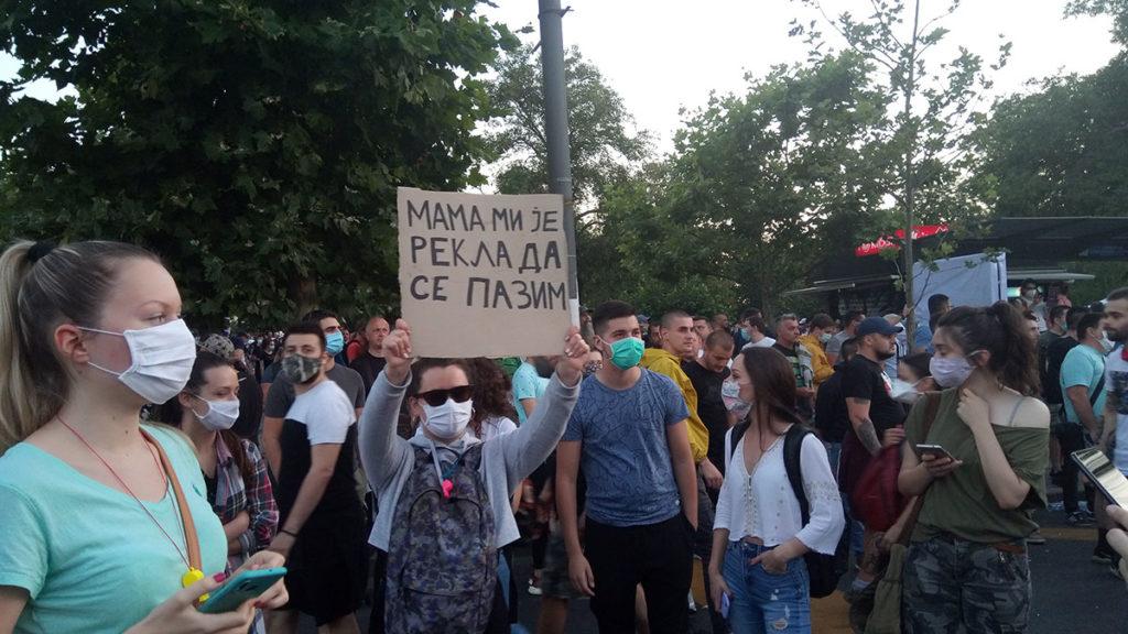 Protesti u Beogradu 8. jula 2020. Devojka drži transparent: Mama mi je rekla da se pazim
