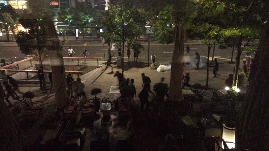Protesti u Beogradu 8. jula 2020. Demonstranti pokušavaju da policiji vrate bačen suzavac ispred hotela Moskva na Terazijama
