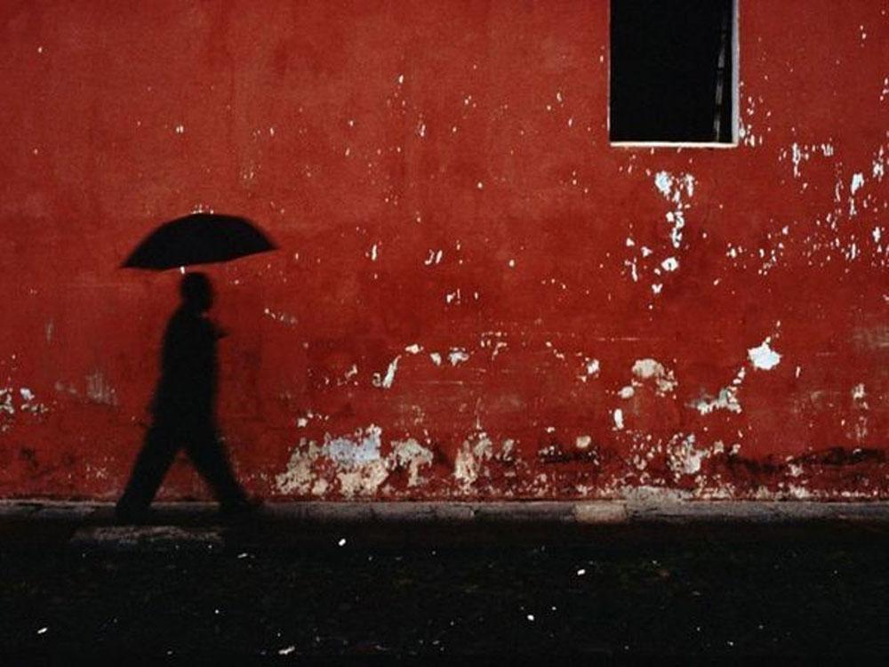 senka čoveka sa kišobranom