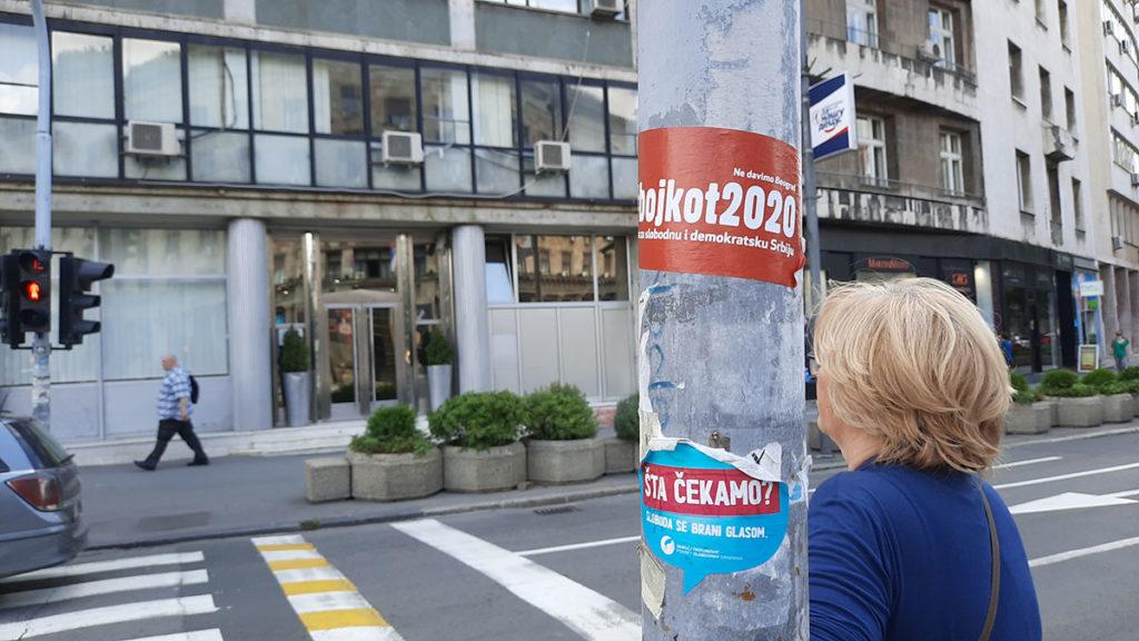 Nalepnice na stubu na kojima piše: Bojkot 2020. i Šta čemo? Sloboda se brani glasom.