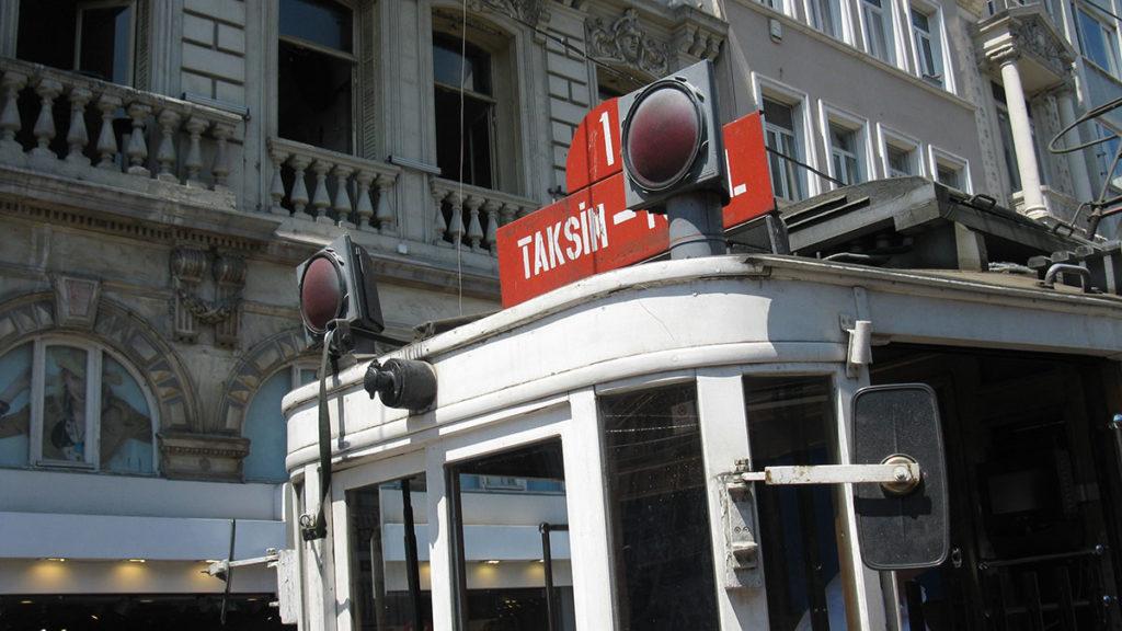 Istanbulski tramvaj koji vozi do Taksima