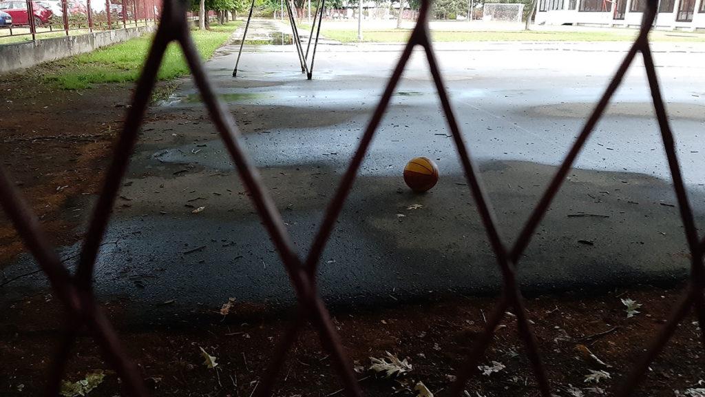 Košarkaška lopta na terenu za košarku