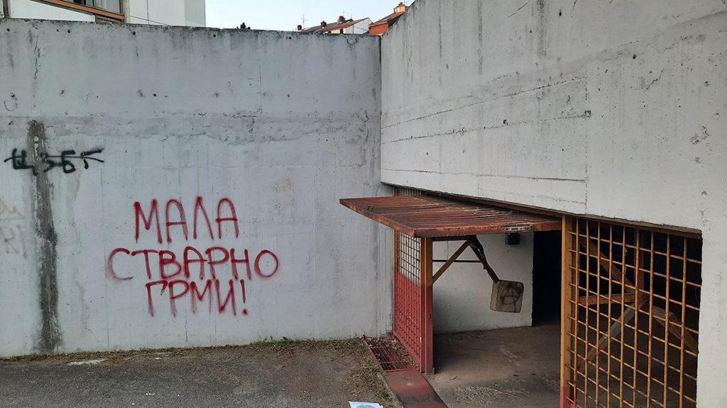 Natpis na zidu: Mala stvarno grmi!