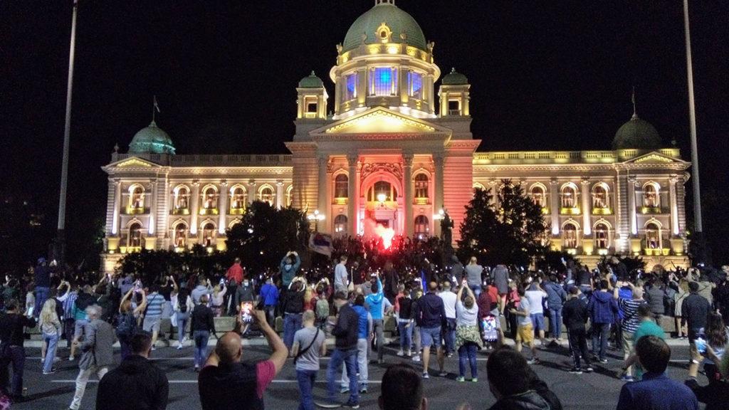 Protestanti sa zapaljenim bakljama ispred Skupštine Srbije 7.7.2020.