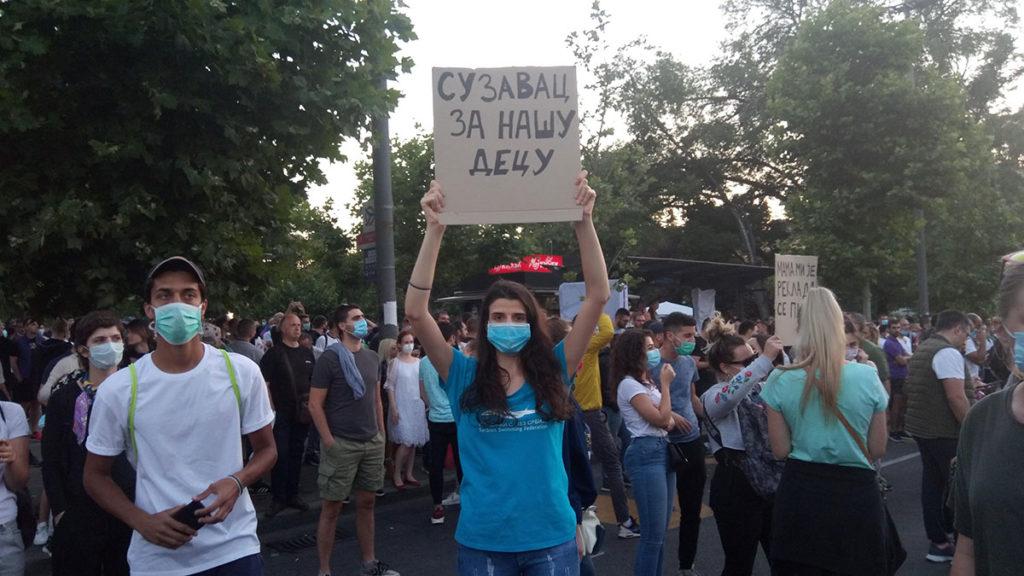 Protest u Beogradu 8. jula 2020, devojka drži transparent: Suzavac za našu decu