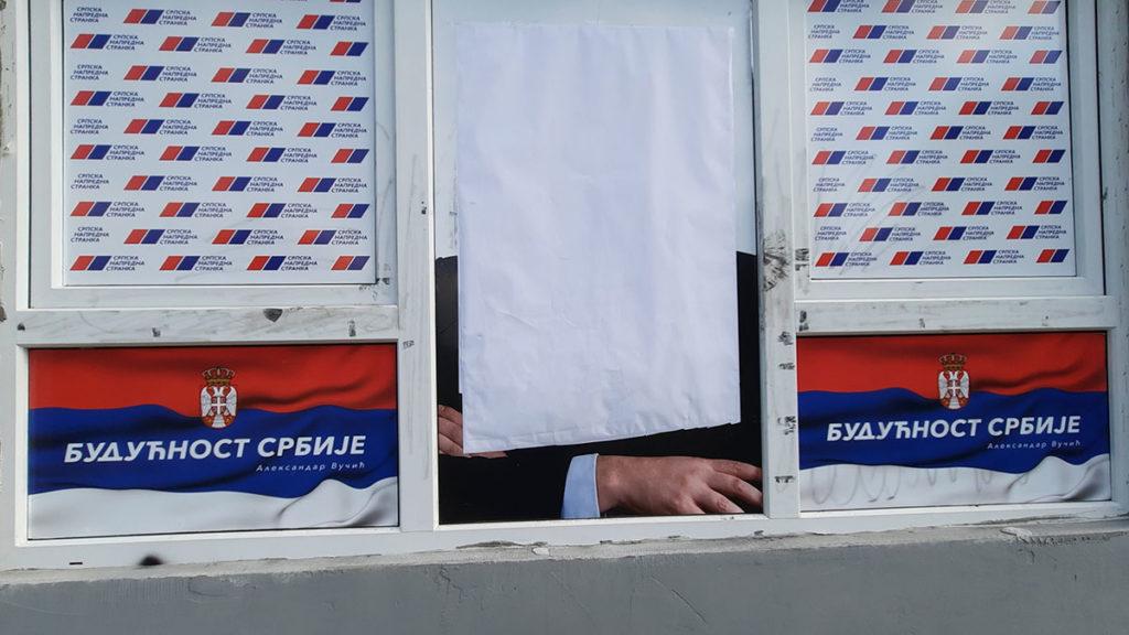 Vučićeva fotografija prekrivena belim plantnom na prozoru kancelarije SNS-a