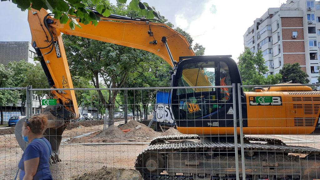 bager koji kopa u jednoj novobeogradskoj ulici