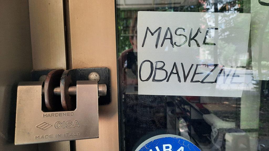 Natpis na vratima prodavnice: Maske obavezne