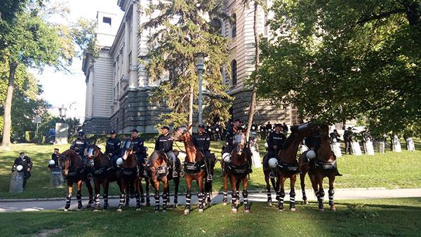 Policajci na konjima u parku pored Skupštine pre početka protesta 08.07.2020. u Beogradu
