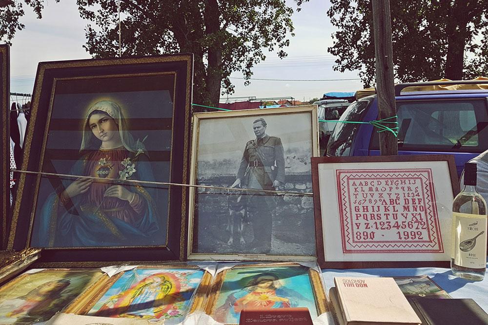 Uramljene fotografije na buvljaku - fotografija Marije pored fotografije Tita