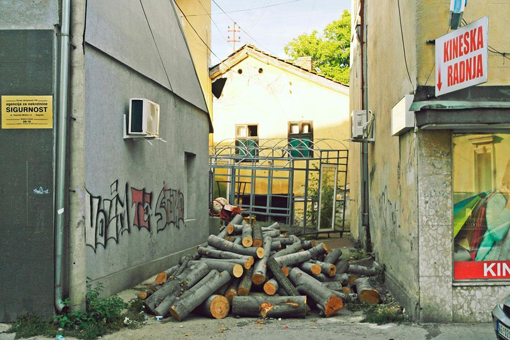 drva za ogrev ispred ulza u kuću