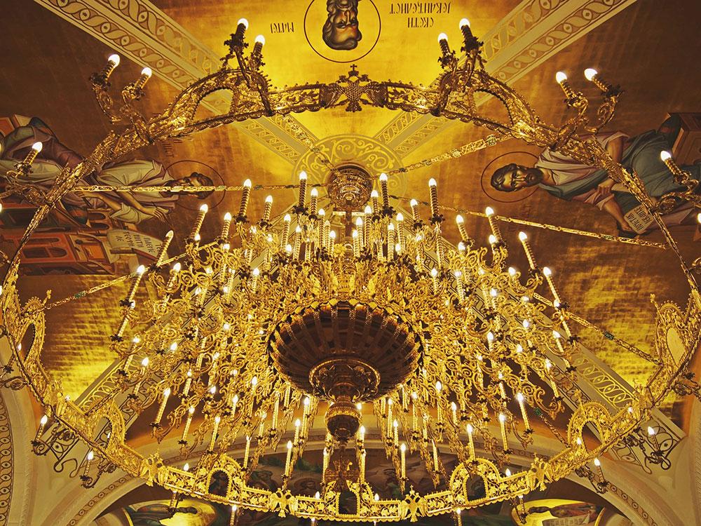 Veliki zlatni luster u crkvi