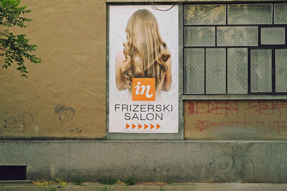 Reklama za frizerski salon na kojoj je žena duge plave kose