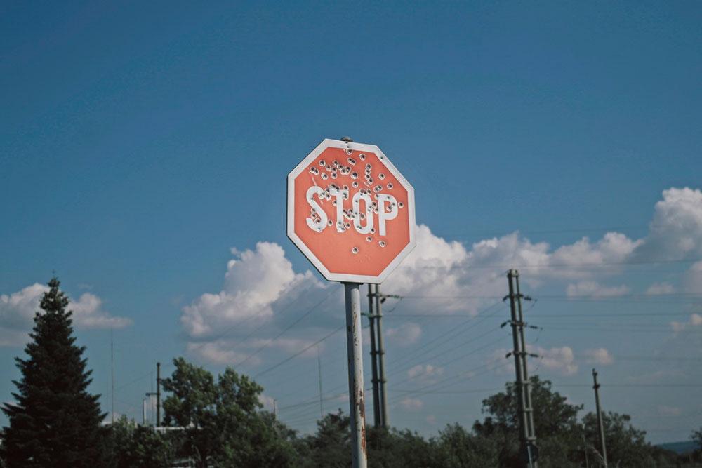 Saobraćajni znak Stop izrešetan mecima