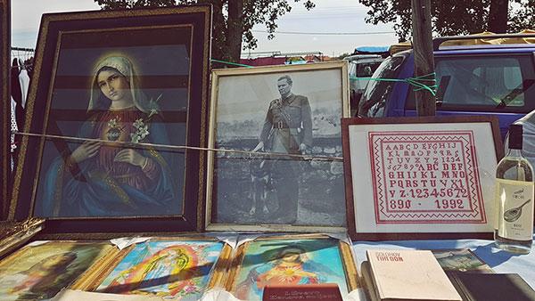 Fotografije na buvljaku: devica Marija pored Titove fotografije