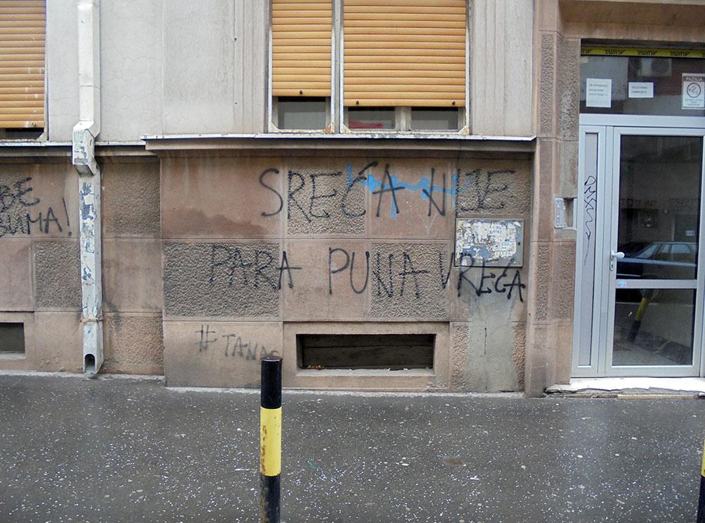 Natpis na zidu: Sreća nije para puna vreća