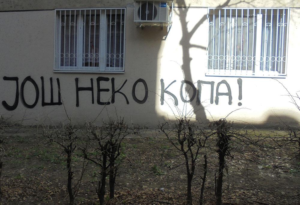 Natpis na zidu: Još neko kopa!