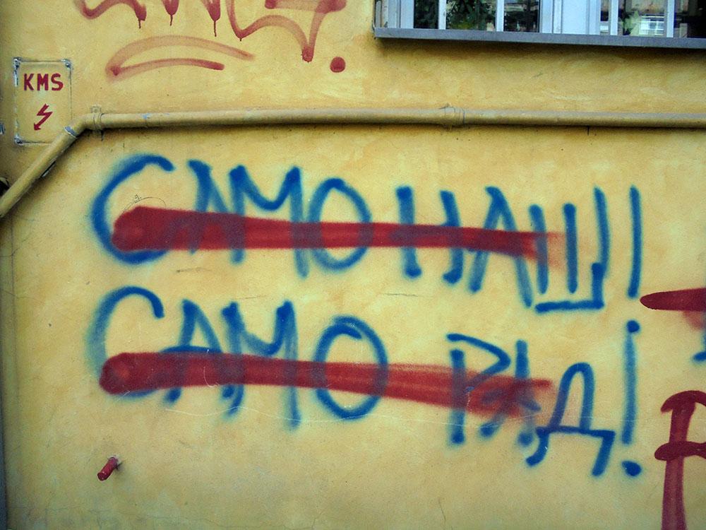 Precrtan natpis na zidu: Samo naš! Samo rad!