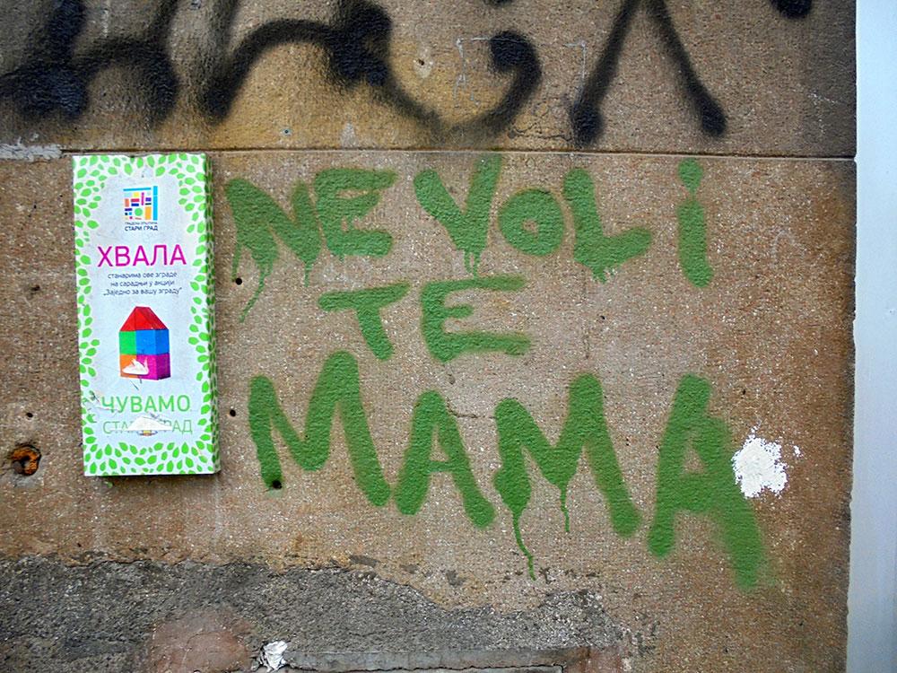 Natpis na zidu: Ne voli te mama