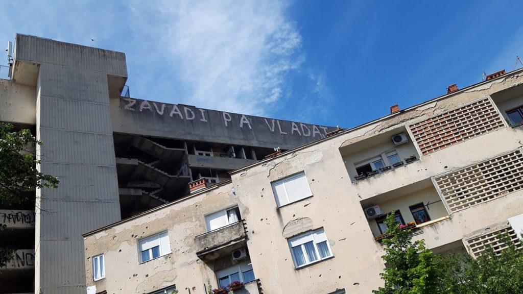 Natpis na zgradi u Mostaru: Zavadi pa vladaj