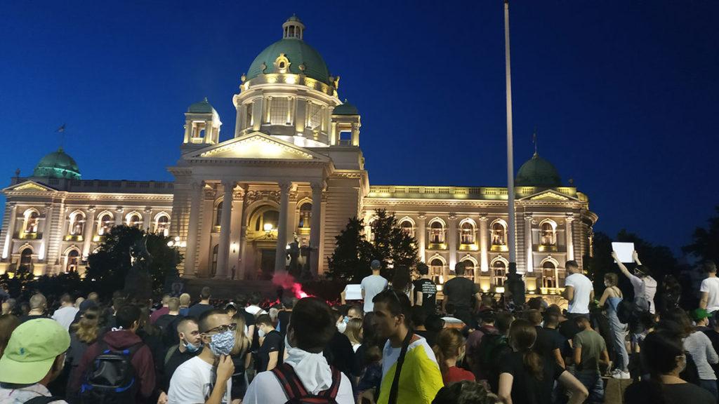 Ljudi na protestu ispred Narodne skupštine, 08.07.2020.