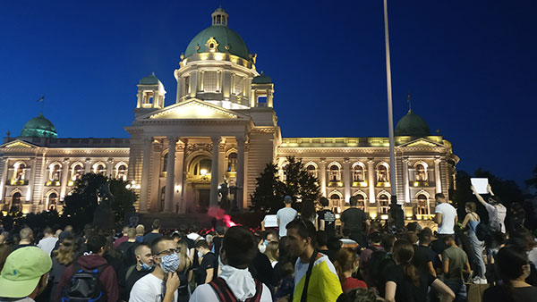 Ljudi na protestu ispred Narodne skupštine