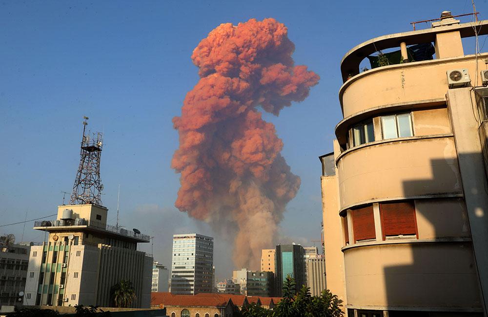 Bejrut 4. avgusta 2020, crveni dim između stambenih zgrada