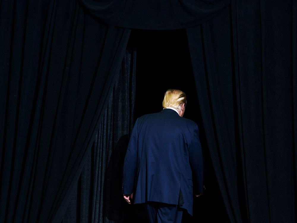 Trump koji odlazi, fotografisan s leđa