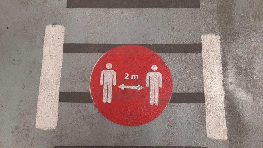 Znak za odražavanje razmaka od 2 metra između dve osobe