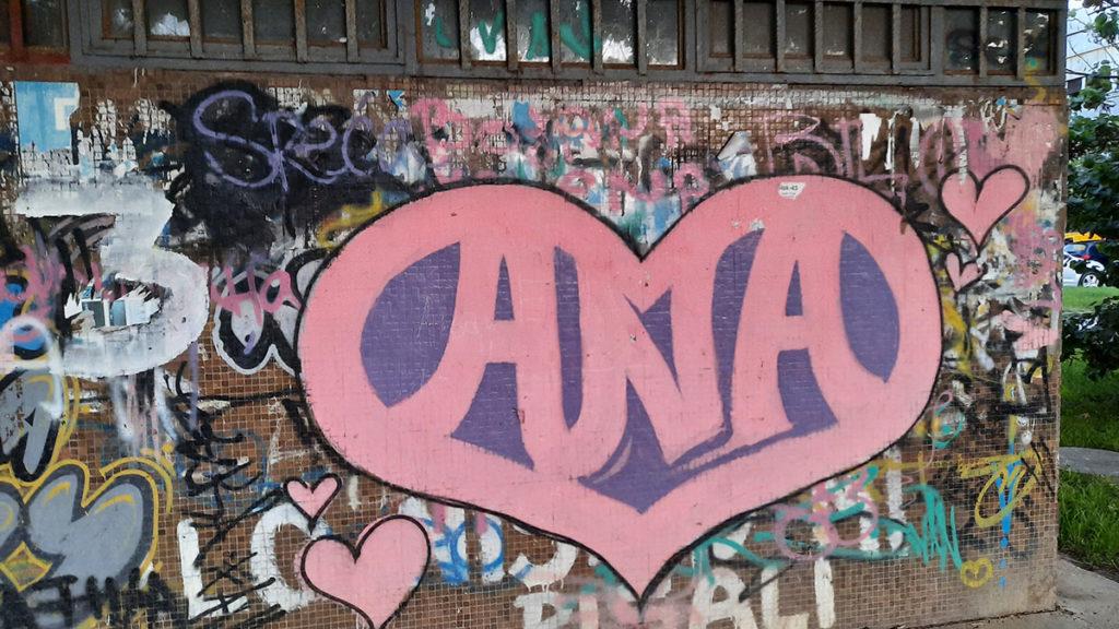 Grafit: pink srce u kome piše Ana