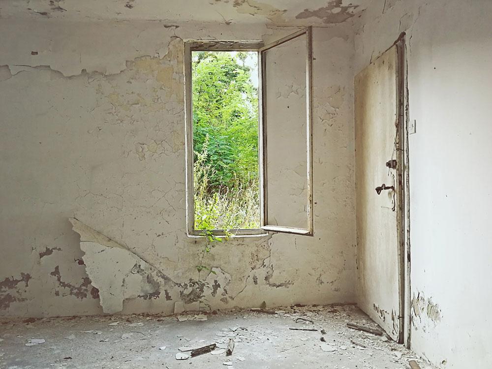 unutrašnjost zapuštene kuće