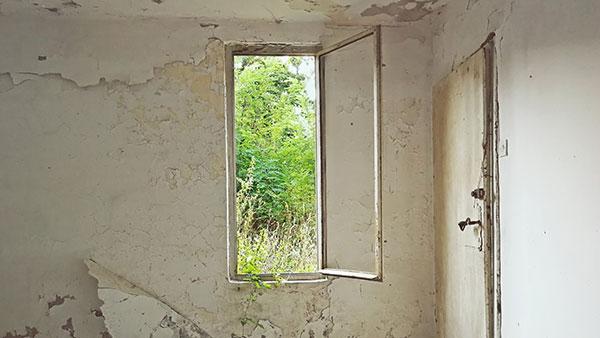 unutrašnjost napuštene kuće