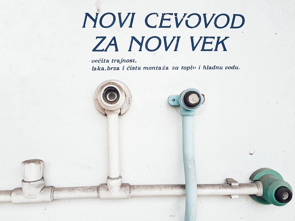 Reklama za vodovod na kojoj piše: Novi cevovod za novi vek