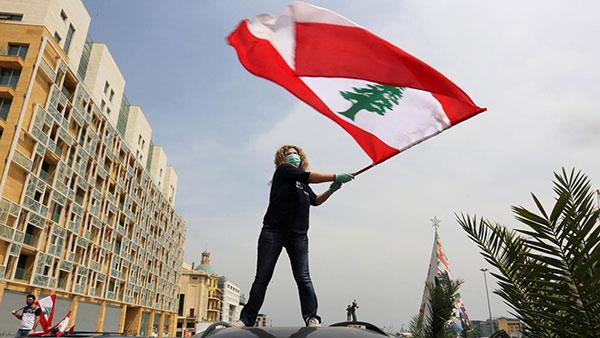 Žena sa libanskom zastavom