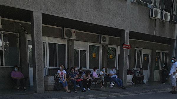 ljudi čekaju testiranje na korona virus