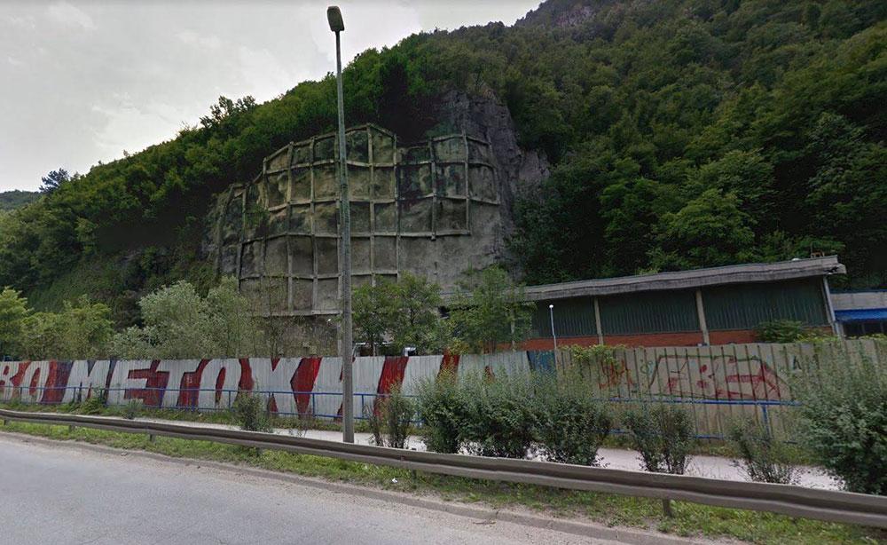 Kosovo i Metohija, natpis pored autoputa
