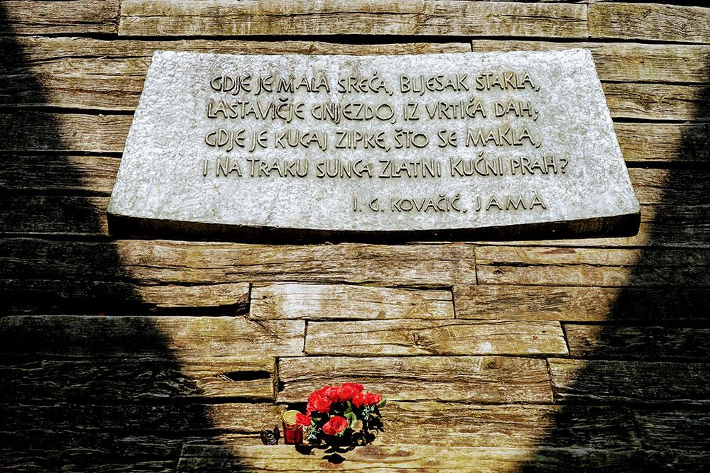 Spomen ploča u Jasenovcu sa stihovima iz Jame, Ivana Gorana Kovačića