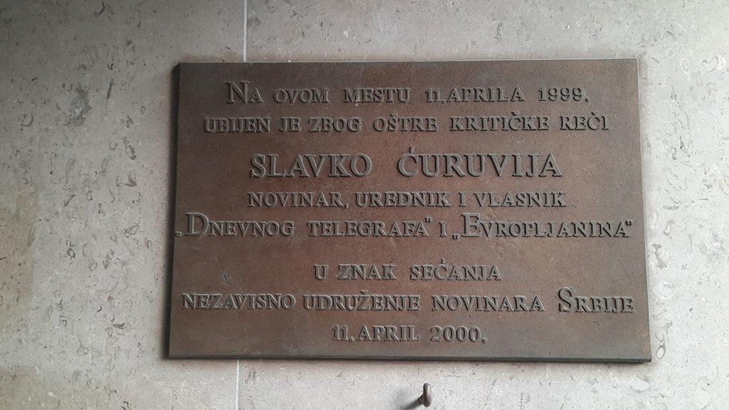 Tabla koju je postavio NUNS u znak sećanja na ubistvo Slavka Ćuruvije