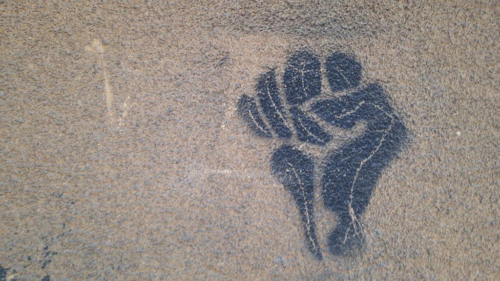 stensil na zidu: pesnica otpora