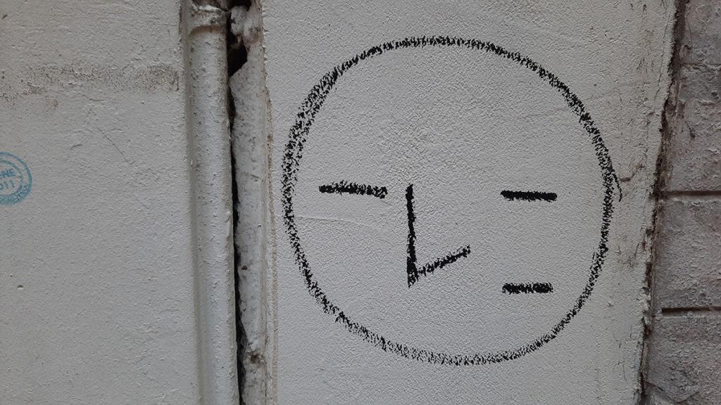 Crtež na zidu u obliku glave