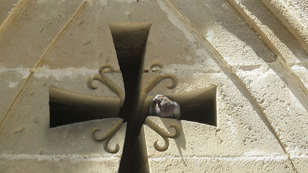 otvor u zidu u obliku krsta