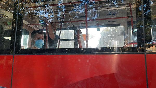 ljudi sa maskama u autobusu