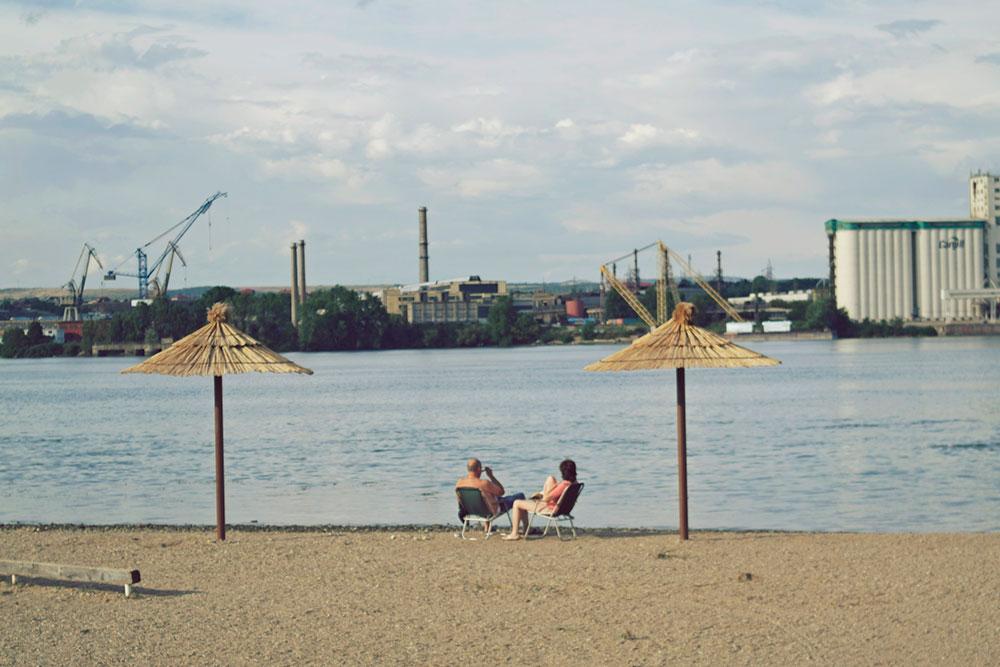 dvoje ljudi sede na plaži
